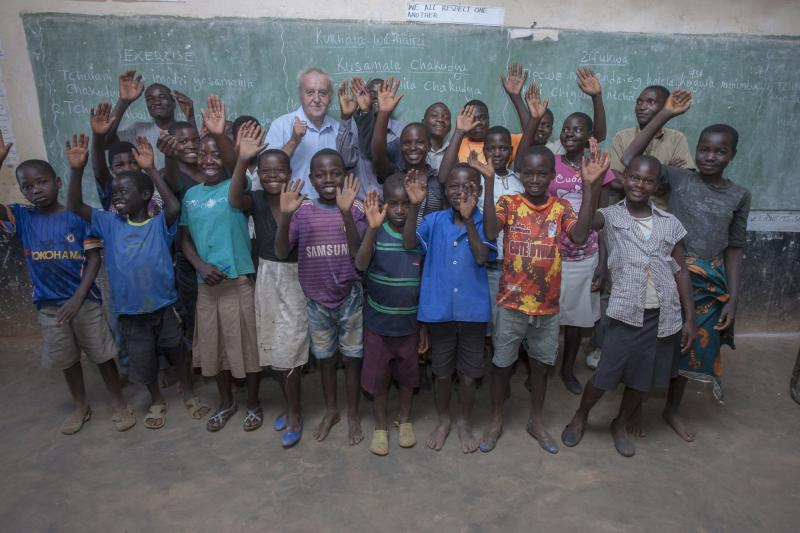 Volunteer Sean with schoolchildren in Malawi