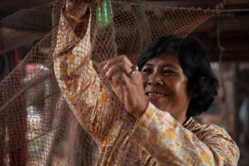 Duol Ry repairing a fishing net in the Tonle Sap cambodia